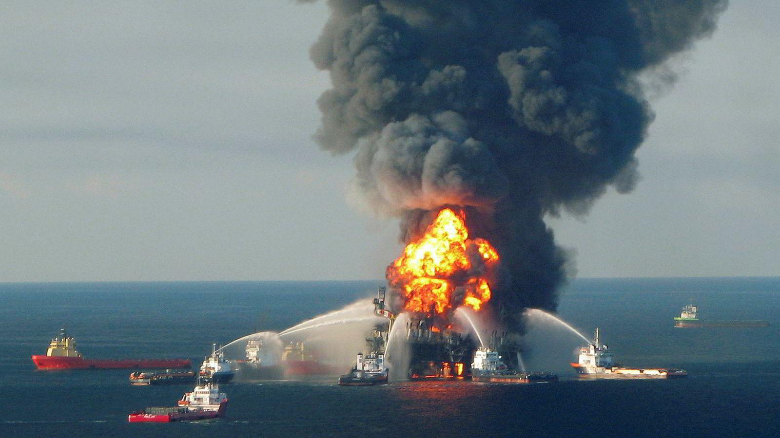 Det er ingen garanti for at ikke en storulykke kan skje. Sannsynligheten øker når man opererer i et område med en industri som motsetter seg læring av en så alvorlig ulykke som Deepwater Horizon, og med et myndighetsorgan som fortsatt er svakt. Her brannbåter som kjemper mot flammene på riggen Deepwater Horizon i Mexicogulfen 2010.