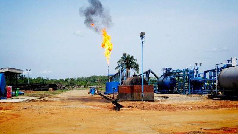 TIL INGEN NYTTE. Utenfor Benin i Nigeria ble faklingen ved dette oljefeltet stanset gjennom et kvoteprosjekt. I Afrika brennes gass som kunne gitt strøm til halve kontinentet.
