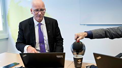 Overskuddet til Coop i fjor ble sterkere av at samvirket i fjor solgte unna rettighetene for Coop-kaffen til kaffegiganten Jacobs Douwe Egberts. Her får Coop-sjefGeir Inge Stokke litt ekstra i koppen av sin kommunikasjonsdirektør Bjørn Takle Friis.