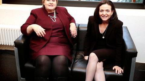 Facebooks mektige daglige leder Sheryl Sandberg (til høyre) strekker hånden ut til Erna Solberg. Her er de to i Davos ifjor. Foto: Lise Åserud,
