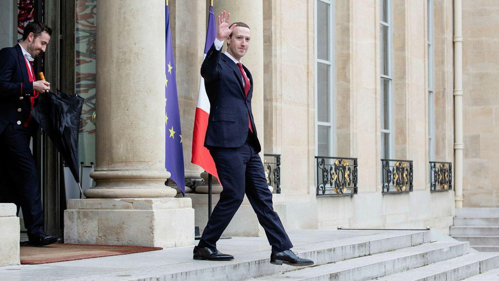 Mark Zuckerberg vinker i det han forlater Elyséepalasset i Paris etter et møte med Frankrikes president Emmanuel Macron i mai.