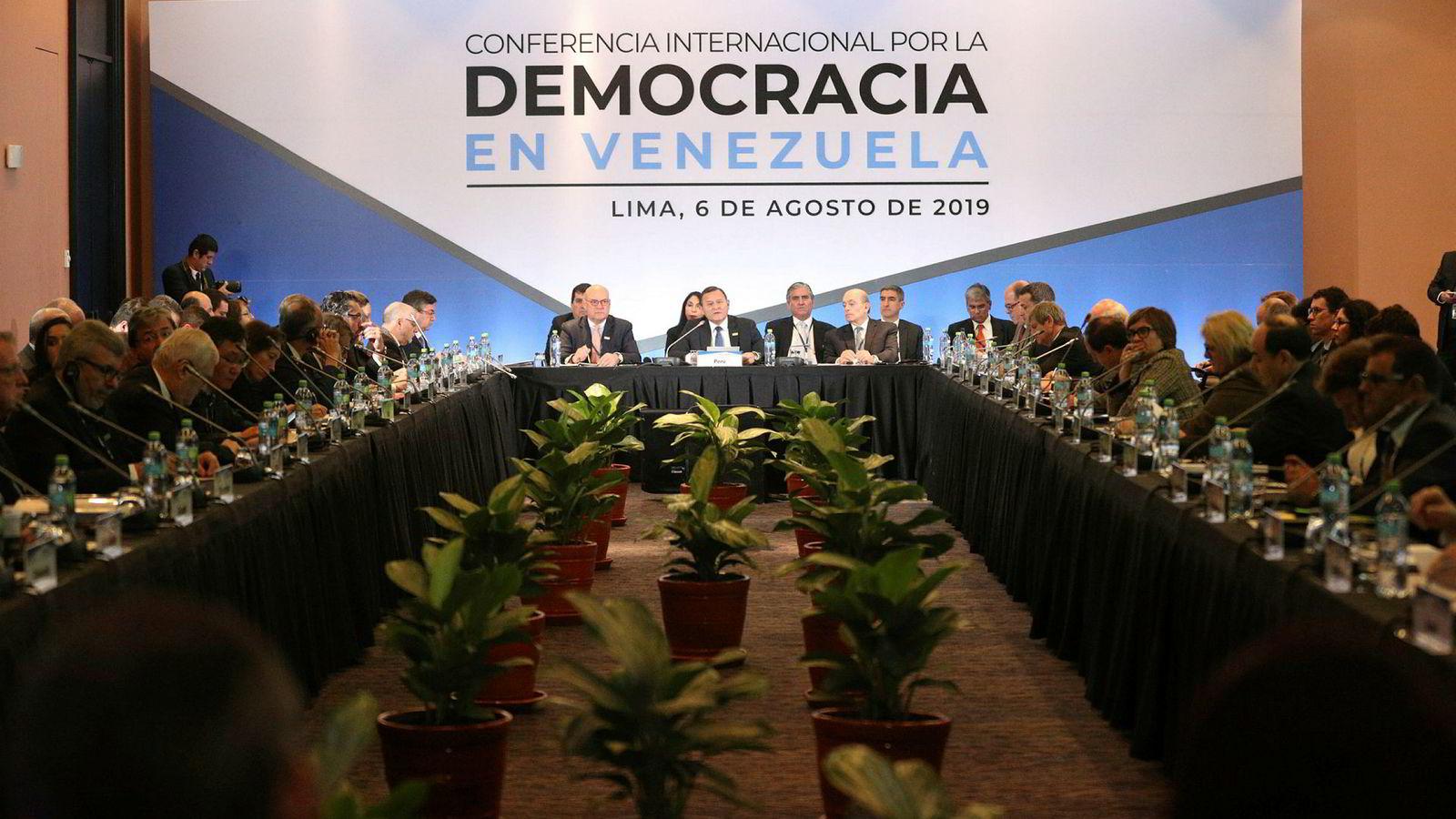 USA advarer Kina og Russland mot å støtte regimet i Venezuela under en konferanse i Lima i Peru.