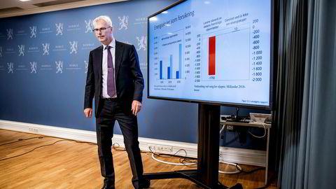 NHH-professor Øystein Thøgersen legger frem rapport med anbefaling om Oljefondet bør inn i oljeaksjer eller ikke.