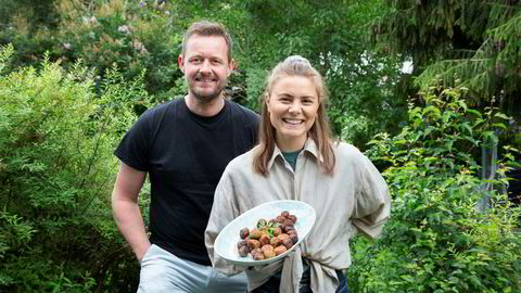 Kokk og skribent Øyvind Hjelle (47), ledestjerne-nominerte blogger Susanne Bastviken (27) tester veganske alternativer til kjøttmiddagen.