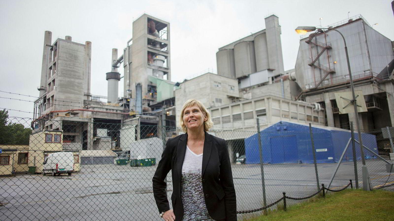 Trude Sundset leder statens karbonfangstselskap Gassnova. Her står hun foran Norcems sementfabrikk i Brevik, ett av to norske industrianlegg som inngår i regjeringens nye planer om karbonfangst.