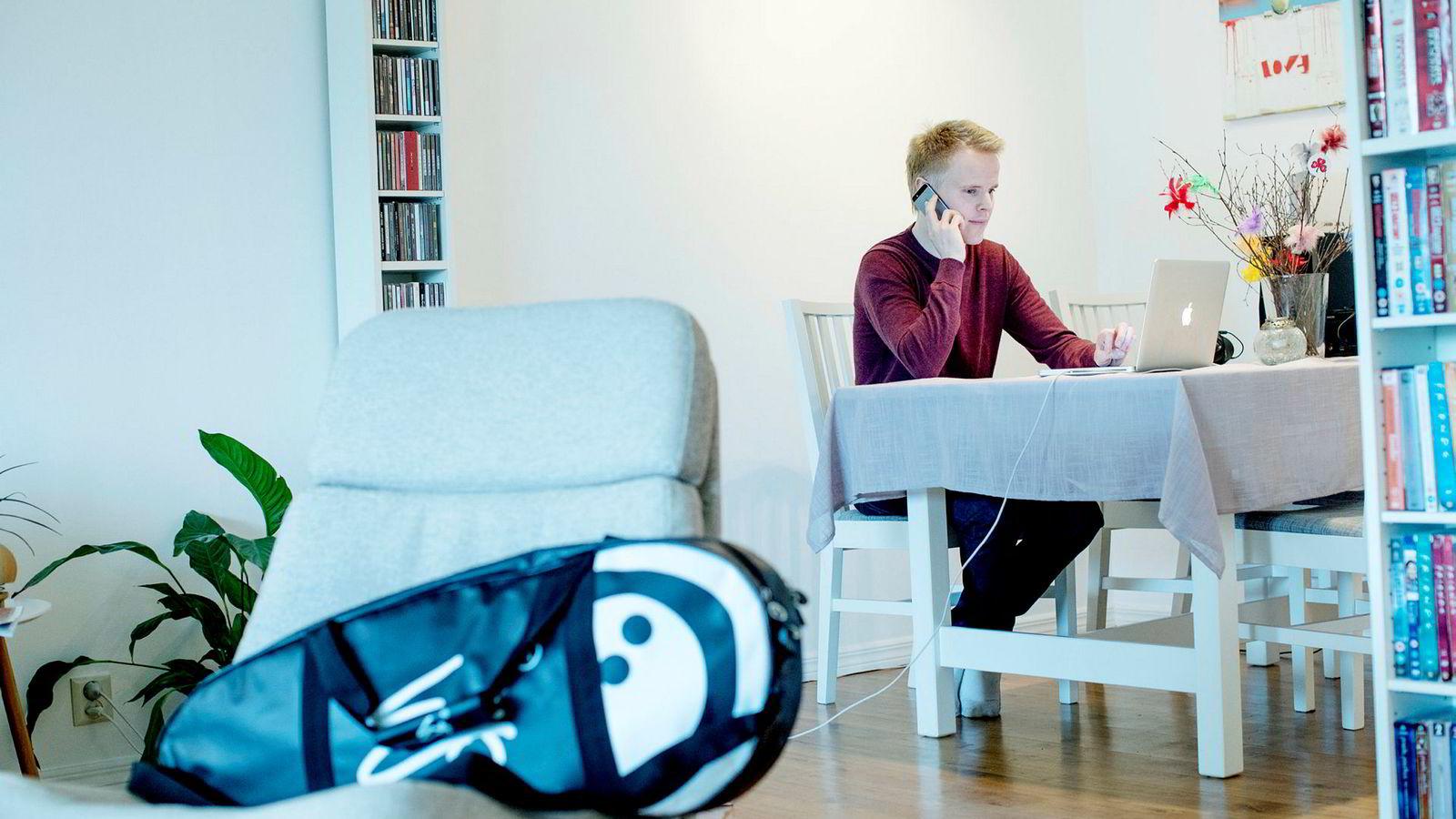 Nyutdannede Christer Halsøy Normann (25) har en master i psykologi fra UiB og har siden juni har han søkt på 100 relevante stillinger uten å få napp. Han er overrasket over hvor lite støtte han har fått fra Nav og andre offentlige tjenester med tanke på å entre arbeidslivet.