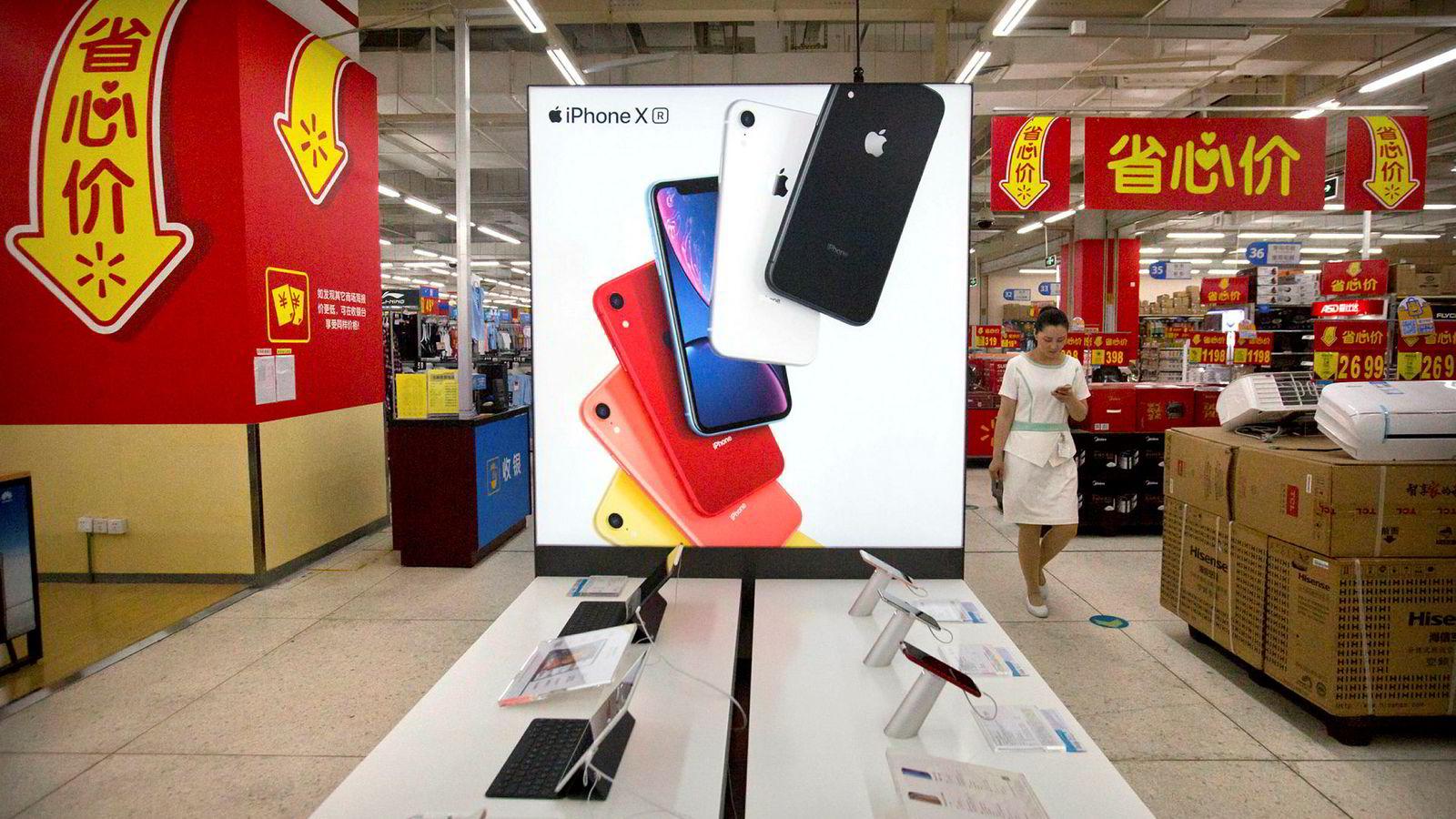 Apple, Microsoft, Dell og HP er blant amerikanske selskaper som forbereder flytting av deler av produksjonen fra Kina til land som ikke er ilagt amerikansk straffetoll. Apple-produkter er til salgs i kinesiske kjøpesentre, som her i Beijing.