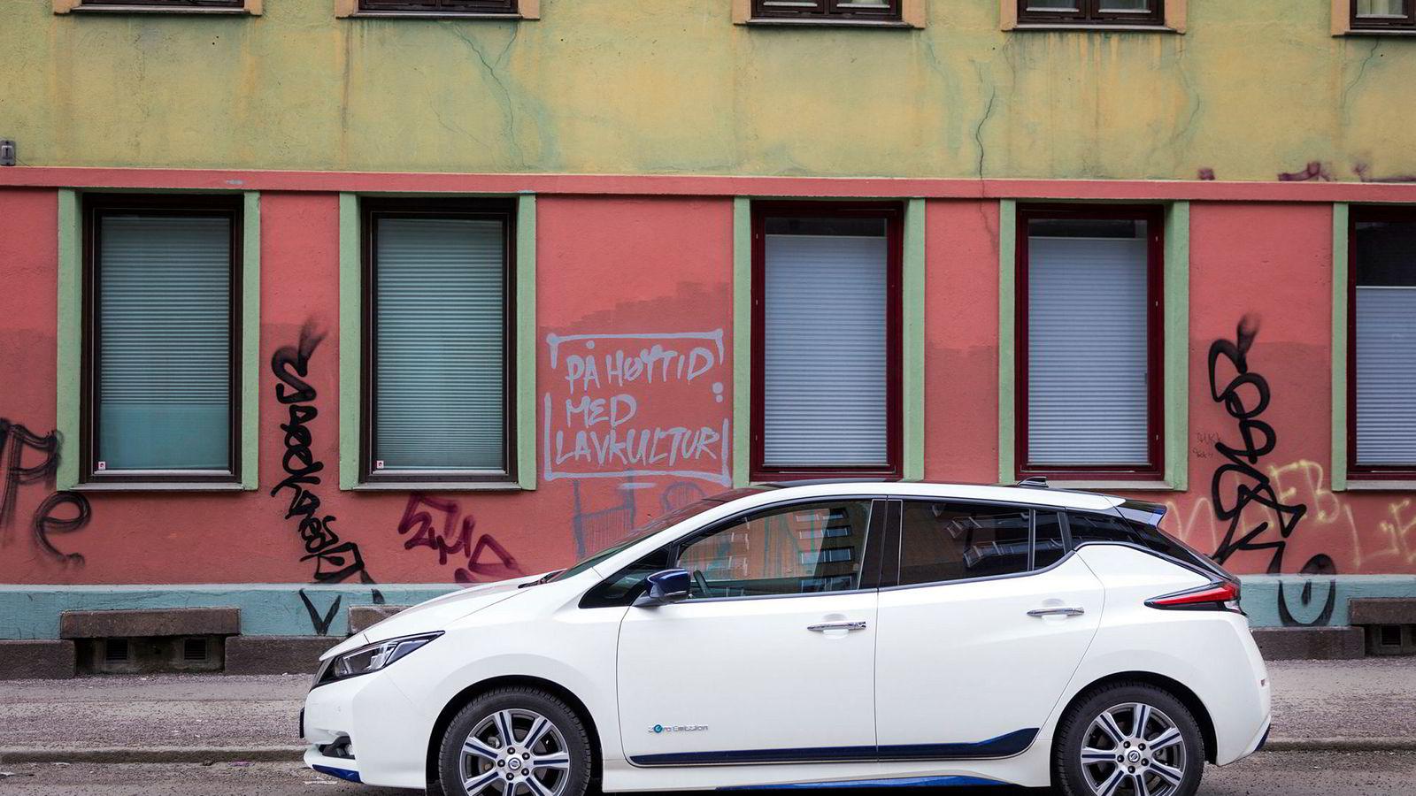 Nissan Leaf er Norges suverent mest solgte bil i år. Zero mener likevel at avgiftene for biler som er drevet av bensin- og diesel må opp, for at det norske bilsalget skal være utslippsfritt i 2025.