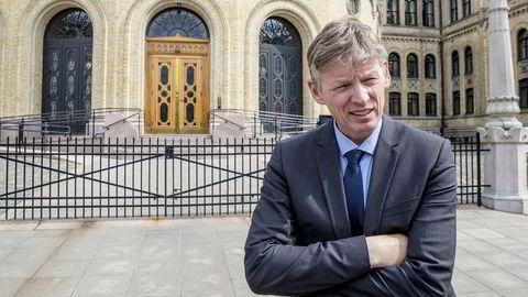 Sivilombudsmann Aage Thor Falkanger skal på vegne av Stortinget passe på forvaltningen. I et brev skriver han at Statsministerens kontor (SMK) har gjort den jobben vanskeligere.