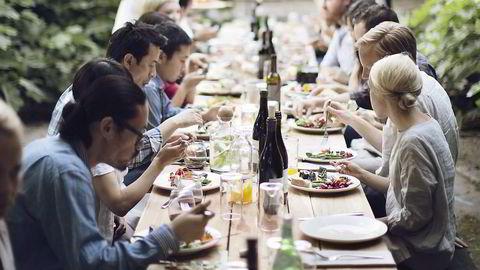 LANGBORD. «Social dining» er et sentralt konsept for livsstilsmagasinet Kinfolk. De arrangerer temabaserte middager verden over for magasinets lesere. Foto: Kinfolk