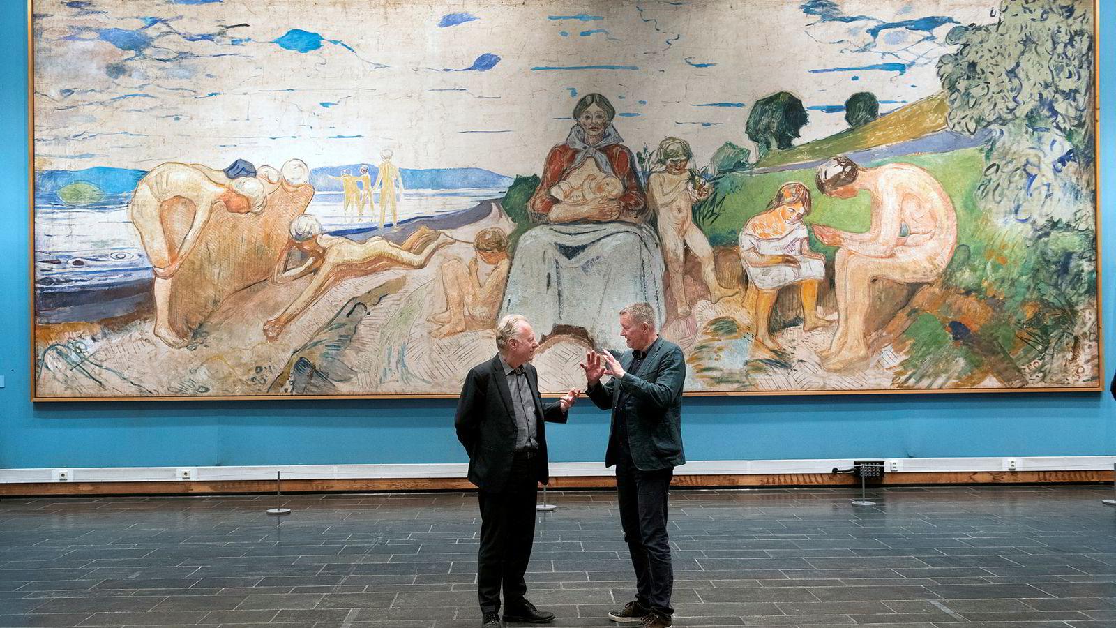 I juni skal Edvard Munch stilles ut i Saudi-Arabia for første gang i regi av Munchmuseet og Snøhetta. Nakne motiver som kan virke provoserende blir hjemme. Her står museumsdirektør Stein Olav Henrichsen (til venstre) og grunnlegger av Snøhetta Kjetil Thorsen foran «Forskerne» fra perioden 1910–1916. Det skal ikke være med på utstillingen.