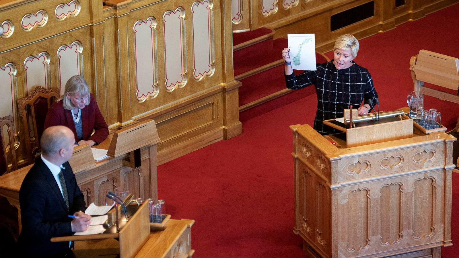 Finansminister Siv Jensen svarer Trygve Slagsvold Vedum.