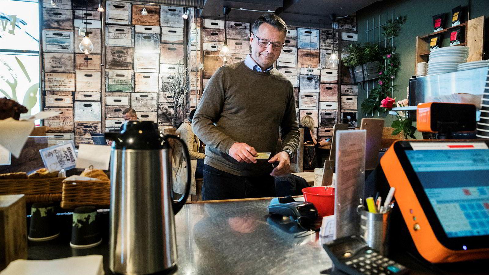 Norgessjef Jens Nes i Visa betaler fortsatt med et vanlig bankkort når han besøker en kafé i Oslo sentrum. I løpet av noen uker tror han Apple Pay er lansert i Norge – så gjenstår det bare at din bank godkjenner den nye appen for bruk til betaling i kassen.