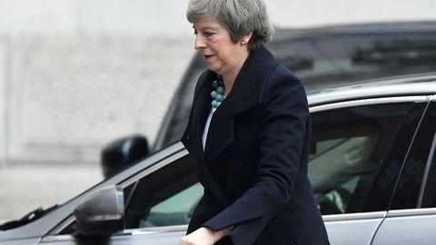 Storbritannias statsminister Theresa May reiser Haag og Berlin som ledd i et siste forsøk på å redde brexitplanen.