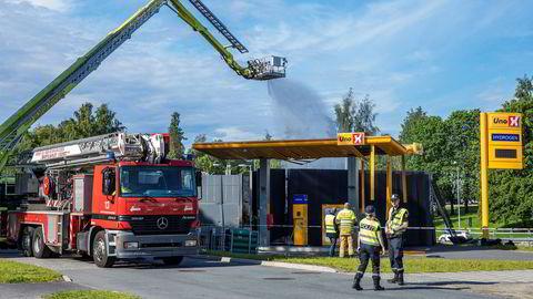 Det tok flere timer å få slukket brannen i hydrogenstasjonen som eksploderte i Sandvika mandag. Det børsnoterte selskapet Nel har levert mye av teknologien til stasjonen.