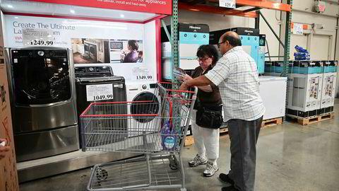 Amerikanske forbrukere ser på husholdingsprodukter i en Costco-forretning i Alhambra, California, august 2019.