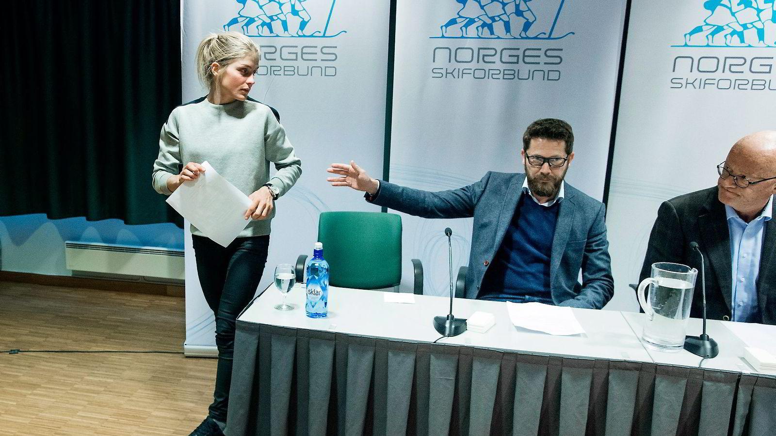 Therese Johaug (fra venstre), kommunikasjonssjef i Norges Skiforbund Espen Graff og lege Fredrik Bendiksen. Foto: Håkon Mosvold Larsen/