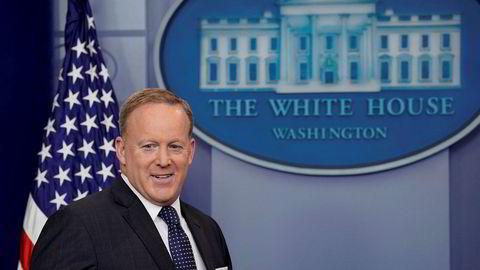 Pressetalsmann Sean Spicer ankommer en daglig pressekonferanse i Det hvite hus.