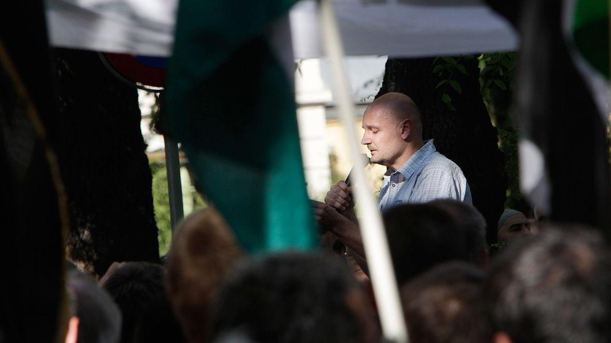 Forfatter Erlend Loe holdt appell utenfor den israelske ambassaden i Oslo mandag. Bakgrunnen for demonstrasjonen i regi av Palestinakomiteen, er Israels bording av konvoien som var på vei til Gaza med humanitær hjelp.