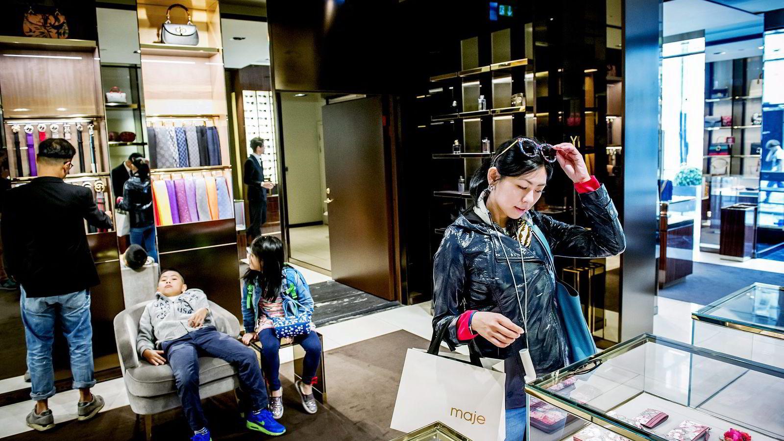 Familien Kwok fra Hong Kong er på en måneds reise i Europa og benytter anledningen til å sjekke prisnivået på luksusmerker hos Gucci i Oslo. – Jeg ser vanligvis etter europeiske merker som Prada, Burberry og Alexander McQueen, sier mor Debby Kwok (38). Begge foto: Gorm K. Gaare