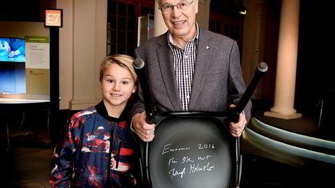 Finske Bengt Holmström, årets mottaker av Nobels minnepris i økonomi, etter den tradisjonelle stolsigneringsseremonien ved Nobelmuseet i Stockholm. Slektningen Boris Isberg til venstre.