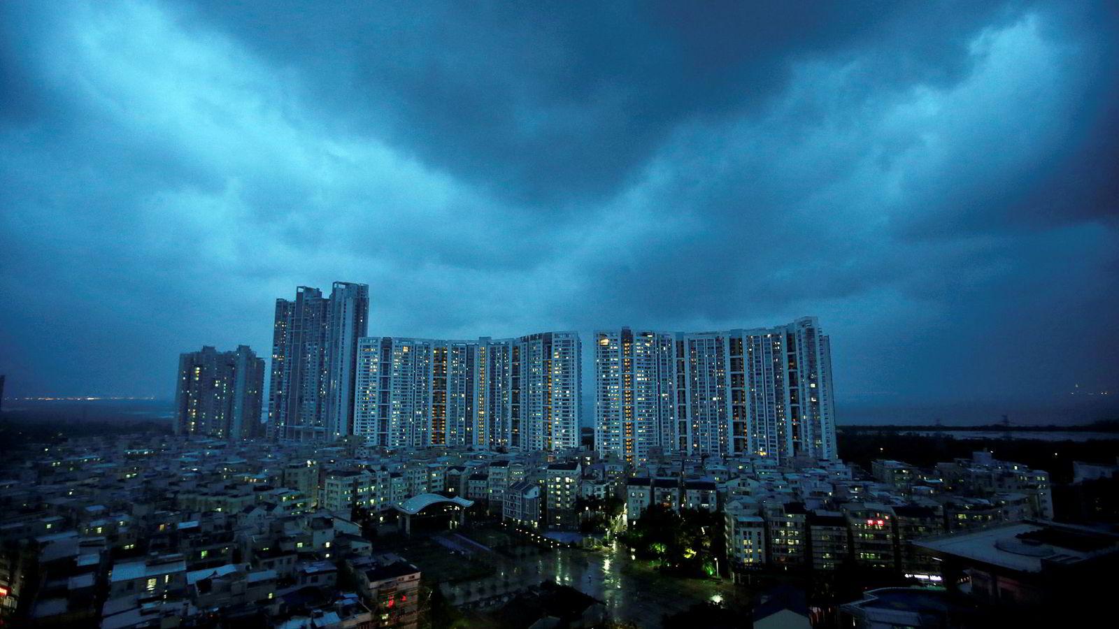Indeksen ved Shenzhen-børsen i Sør-Kina har falt med over 30 prosent i år. – Utbulingen av selskapsgjeld med søppelstatus (BBB) ligger som en mørk sky over investorer, advarer The Bank of International Settlements (BIS),