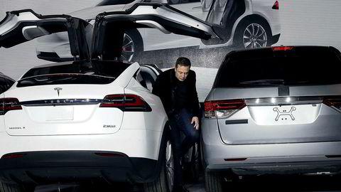 Tesla-sjef Elon Musk på vei ut av en Model X i Fremont, California.