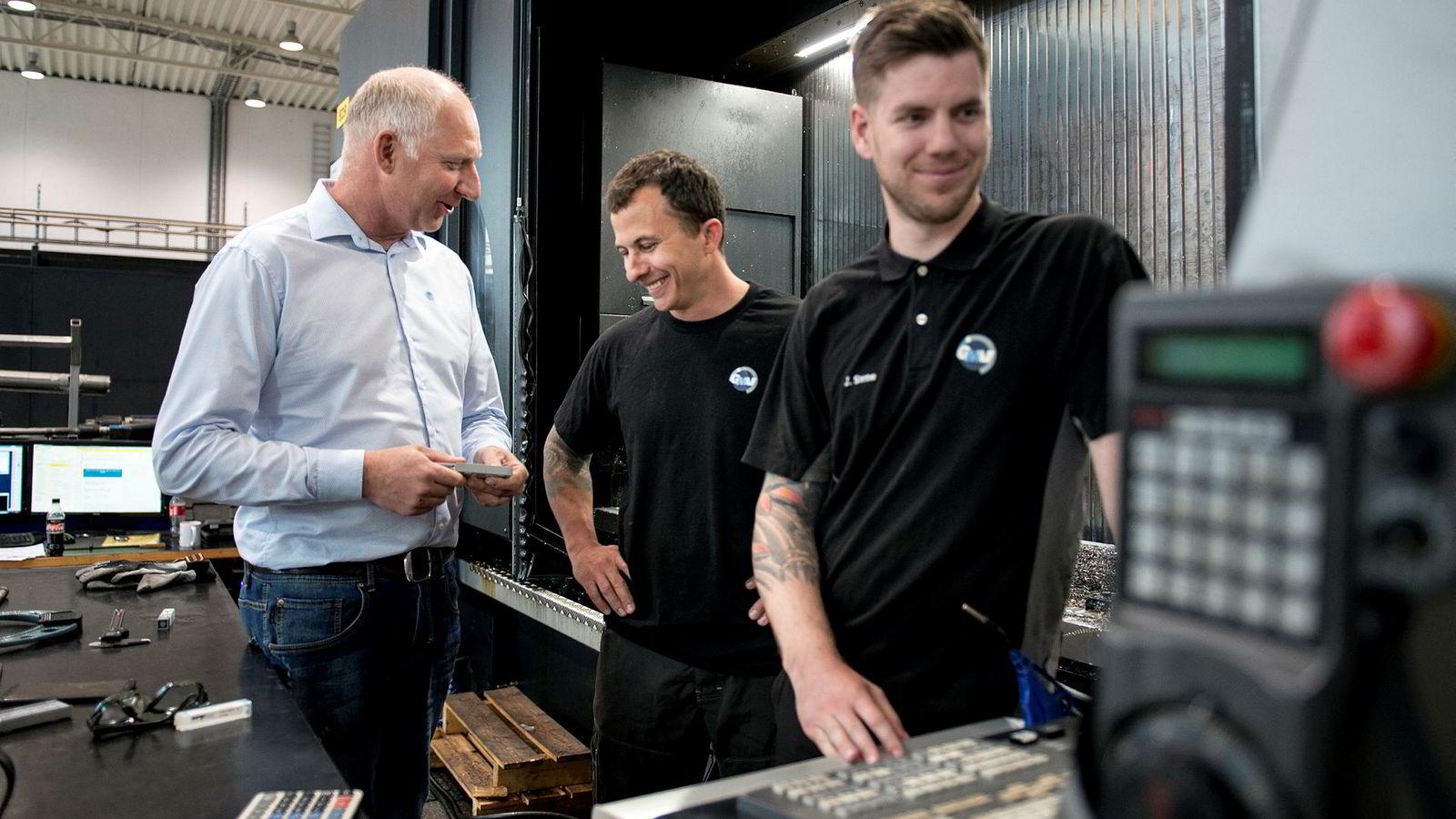 Tor Ole Talgø (til venstre), gründer av maskineringsbedriften GMV på Forus, har gått fra full krise til boom på to år. Her er han sammen med cnc-operatørene Håvard Jonassen og Johnny Stene (til høyre)