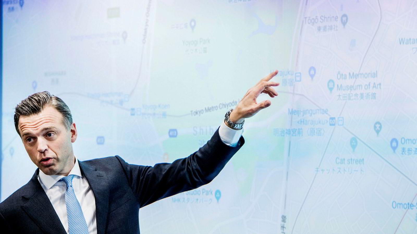 Karsten Kallevig, eiendomssjef i Oljefondet, jobber med å flytte et datterselskap fra Luxembourg. Her viser han imidlertid frem Japan-satsingen i forbindelse med presentasjonen av årsrapporten i 2017.