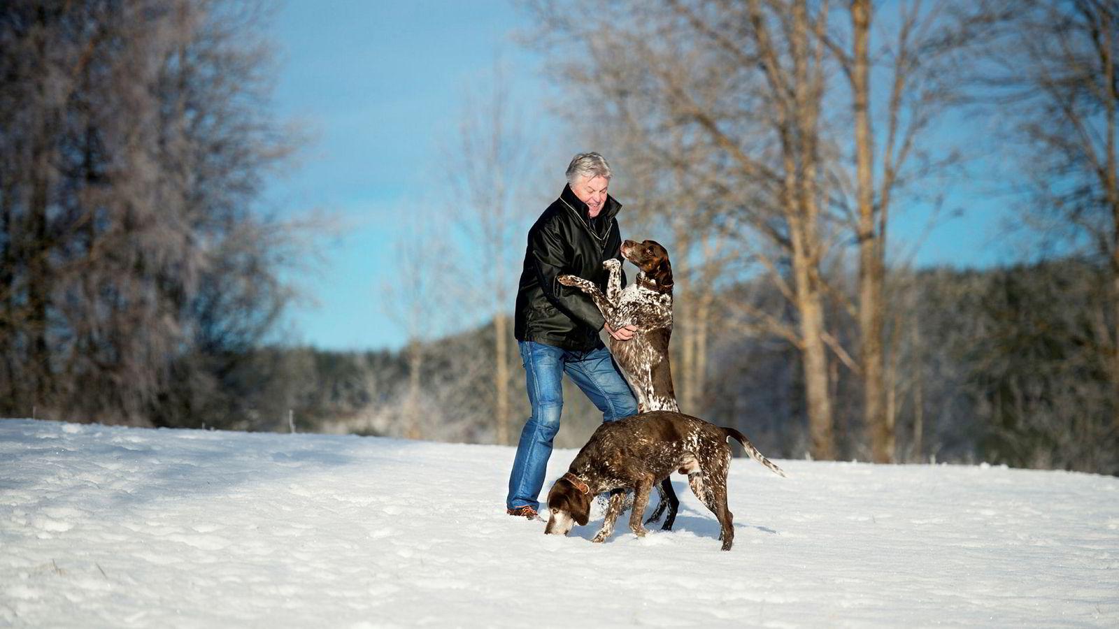 Tom Loe hadde sparepengene i Norges største aksjefond, DNB Norge. Nå har han tatt ut pengene. Her med hundene Hoff og Enzo på Harestua.