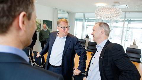 Konserndirektør Geir Isaksen (til høyre) i NSB og konsernsjef Rune Bjerke i DNB signerte avtalen som betyr at togkundene kan betale med Vipps når de kjøper billett. Foto: