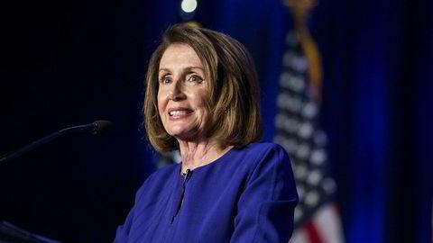 Demokratenes mindretallsleder i Representantenes hus, Nancy Pelosi, snakker på en valgvake i Washington tirsdag kveld. Det er fortsatt ikke endelig avgjort om demokratene overtar flertall i «huset».