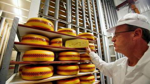 Meieriet i Elnesvågen utenfor Molde har i en årrekke vært basen produksjon av Jarlsberg-osten. Nå skal eksportproduksjonen av Jarlsberg flagges ut, og Tine har nå gjort oppkjøp i USA for å sikre distribusjonen.