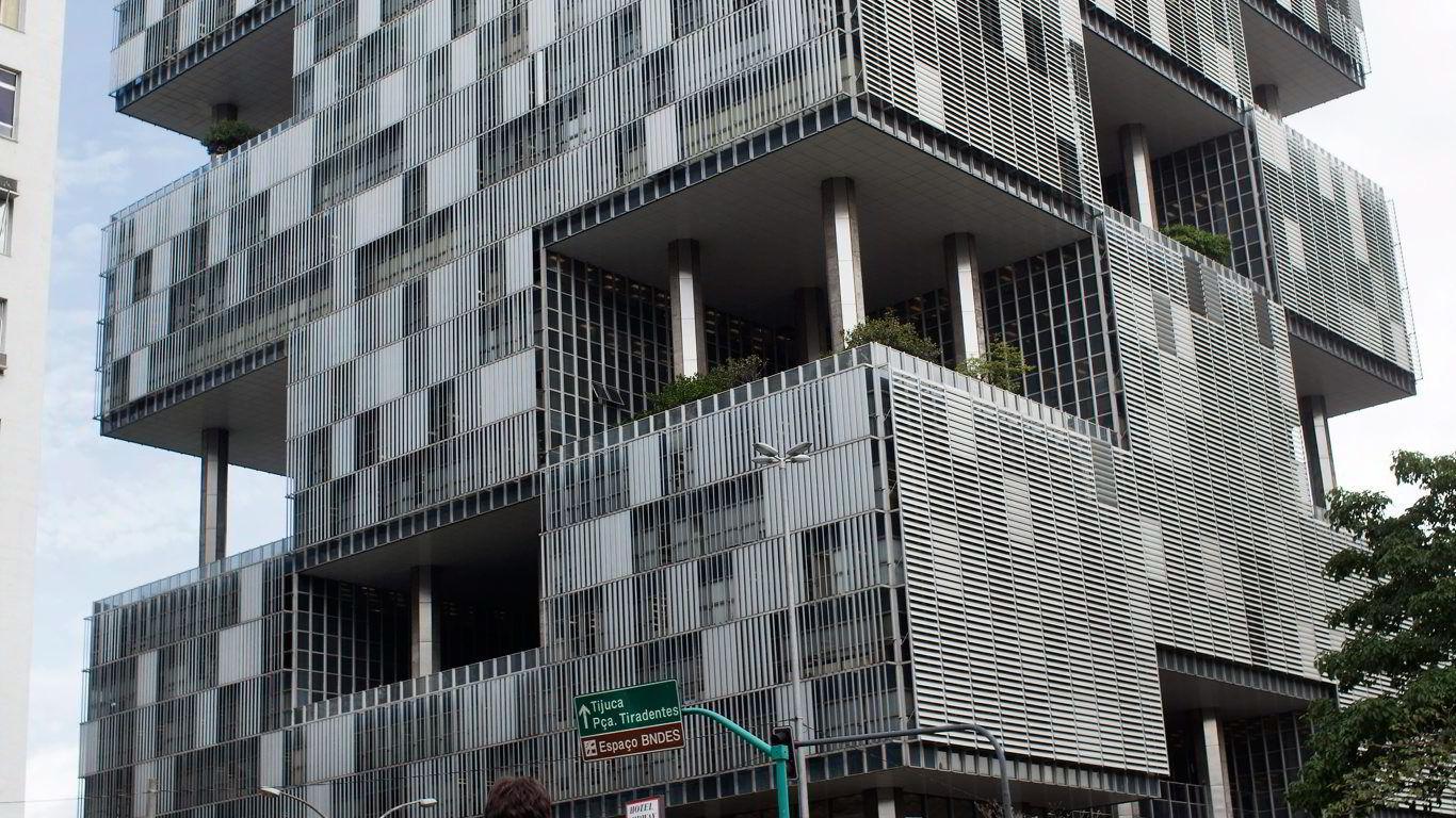 KOLOSS. I denne betongkolossen i Rio har det skandaleherjede statskontrollerte oljeselskapet Petrobras sitt hovedkvarter.