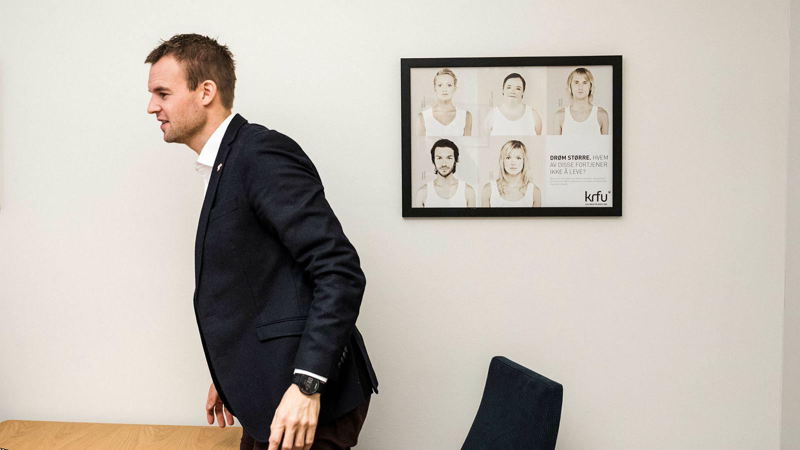 KrF-nestleder Kjell Ingolf Ropstad på kontoret på Stortinget. På veggen henger en KrFU-plakat mot sorteringssamfunnet.