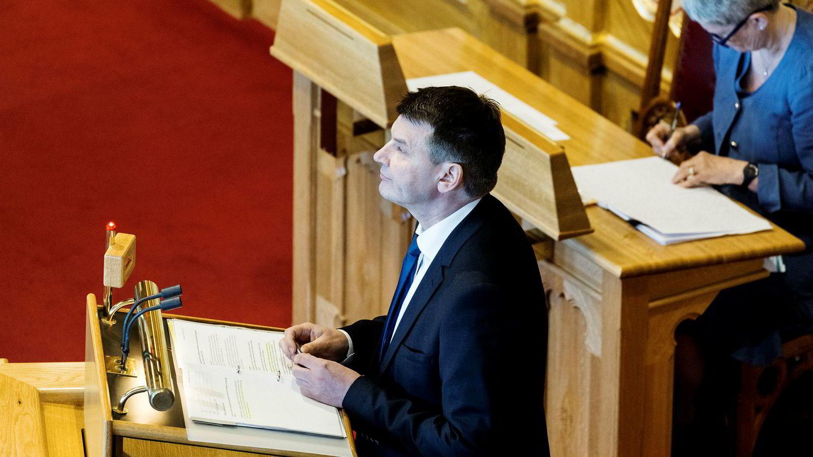 Justisminister Tor Mikkel Wara (Frp) skal ha møter om politiets håndtering av hatkriminalitet, men er ikke enig i kritikken mot regjeringen.