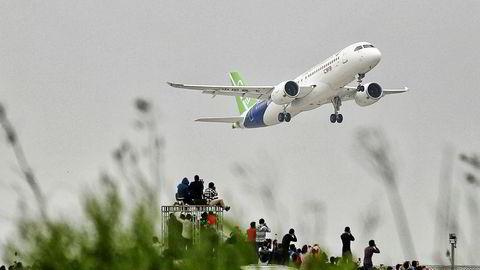 I fjor tok Kinas passasjerfly C919 til skyene for første gang. Målet er å gi Boeing og Airbus konkurranse fra 2025. USA mener amerikansk luftfartsteknologi er stjålet av kinesiske spioner og hackere.