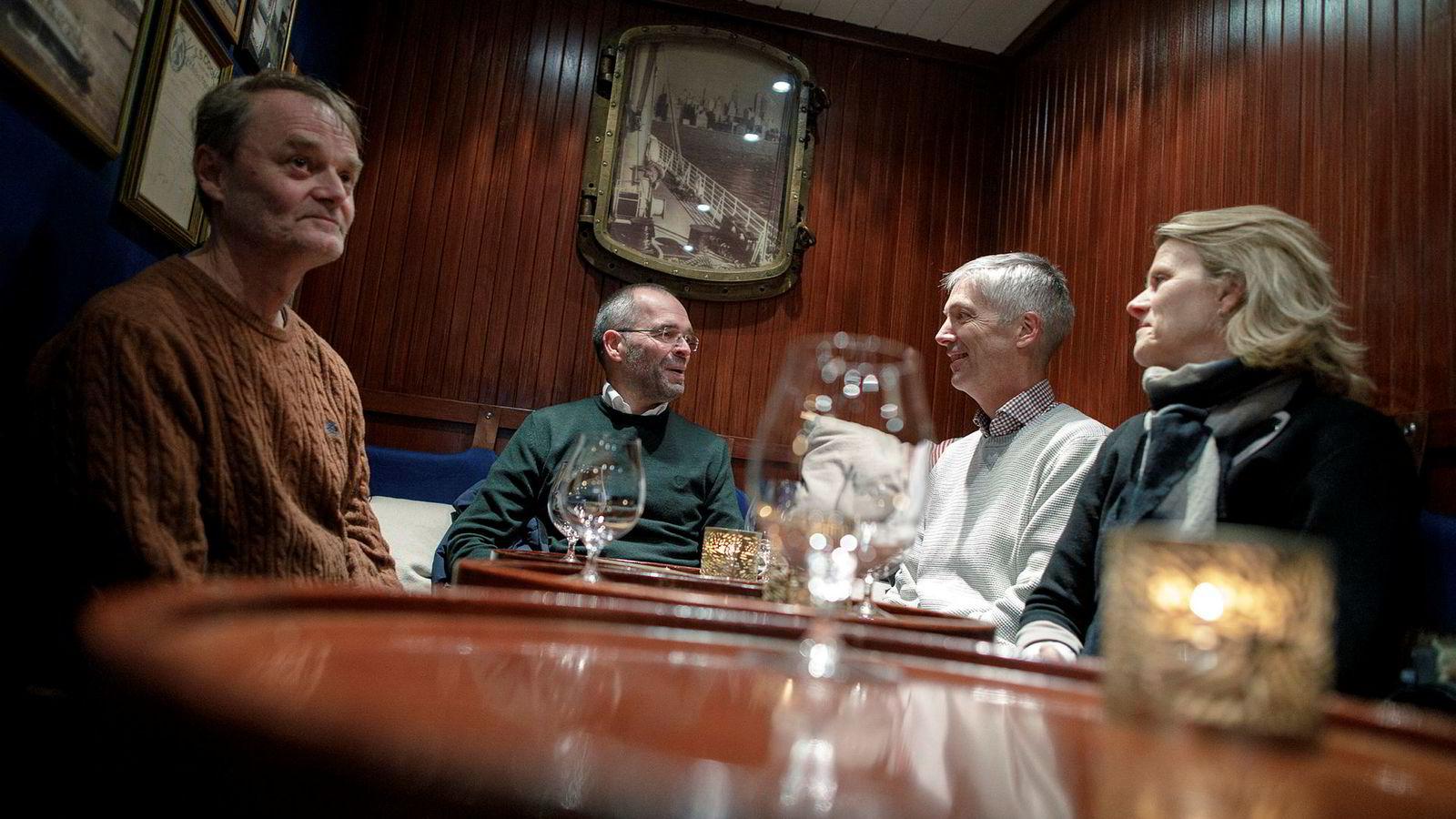 De blir enige over en lettøl på Steamen pub. DNs rentepanel råder Norges Bank til å holde renten uendret. Fra venstre: Knut Røed, Ragnar Torvik, Steinar Holden og Hilde Bjørnland.