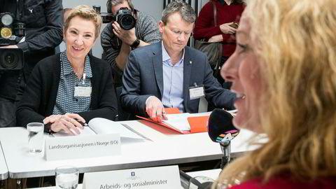 Leder Egil André Aas (i midten) i LO Stat sier de krever reallønnsvekst til alle. Her er Aas sammen med Peggy Hessen Følsvik og arbeids- og sosialminister Anniken Hauglie (H)(th) under forhandlingene om ny offentlig tjenestepensjon.