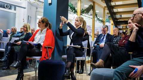 Alexandra Beverfjord tar bilde på Mediebedriftenes julefrokost. Trine Ohrberg-Rolfsrud fra Mediebedriftenes Landsforening (MBL) i rød jakke følger med sammen med Stavanger Aftenblads toppsjef Lars Helle (til høyre for Beverfjord) og ytterst til høyre Ola Stenberg, digitalredaktør i VG.