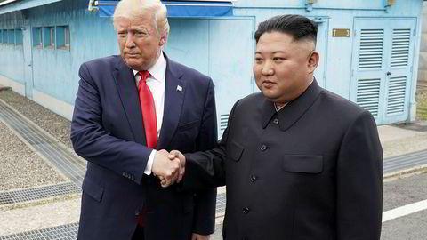 USAs president Donald Trump tok Nord Koreas leder Kim Jong-un i hånden i den demilitariserte sonen mellom Nord- og Sør Korea.
