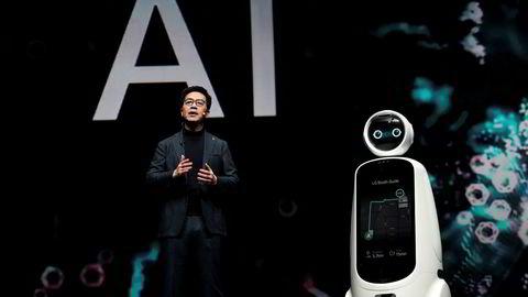 De sørkoreanske teknologigigantene har kommet med resultatvarsler denne uken. LG og Samsung møter ny konkurranse fra Kina på utvikling av avanserte komponenter. Kunstig intelligens er et nytt satsingsområde for begge selskaper, noe LG viste frem under forbrukermessen CES i Las Vegas denne uken.
