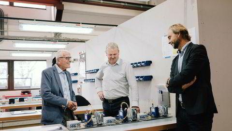 Industriveteran Gunnstein Austigard (til venstre) og familiens investeringsselskap er nå blitt største eier i oljeserviceselskapet Ex-Tech, her ved teknologisjef Ingulf Egeland og daglig leder Jan Holm (til høyre).