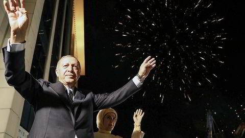 Tyrkia er dypt splittet etter at president Tayyip Erdogan sikret makten for nye fem år. Her feirer han seieren med sin kone Ermine Erdogan.