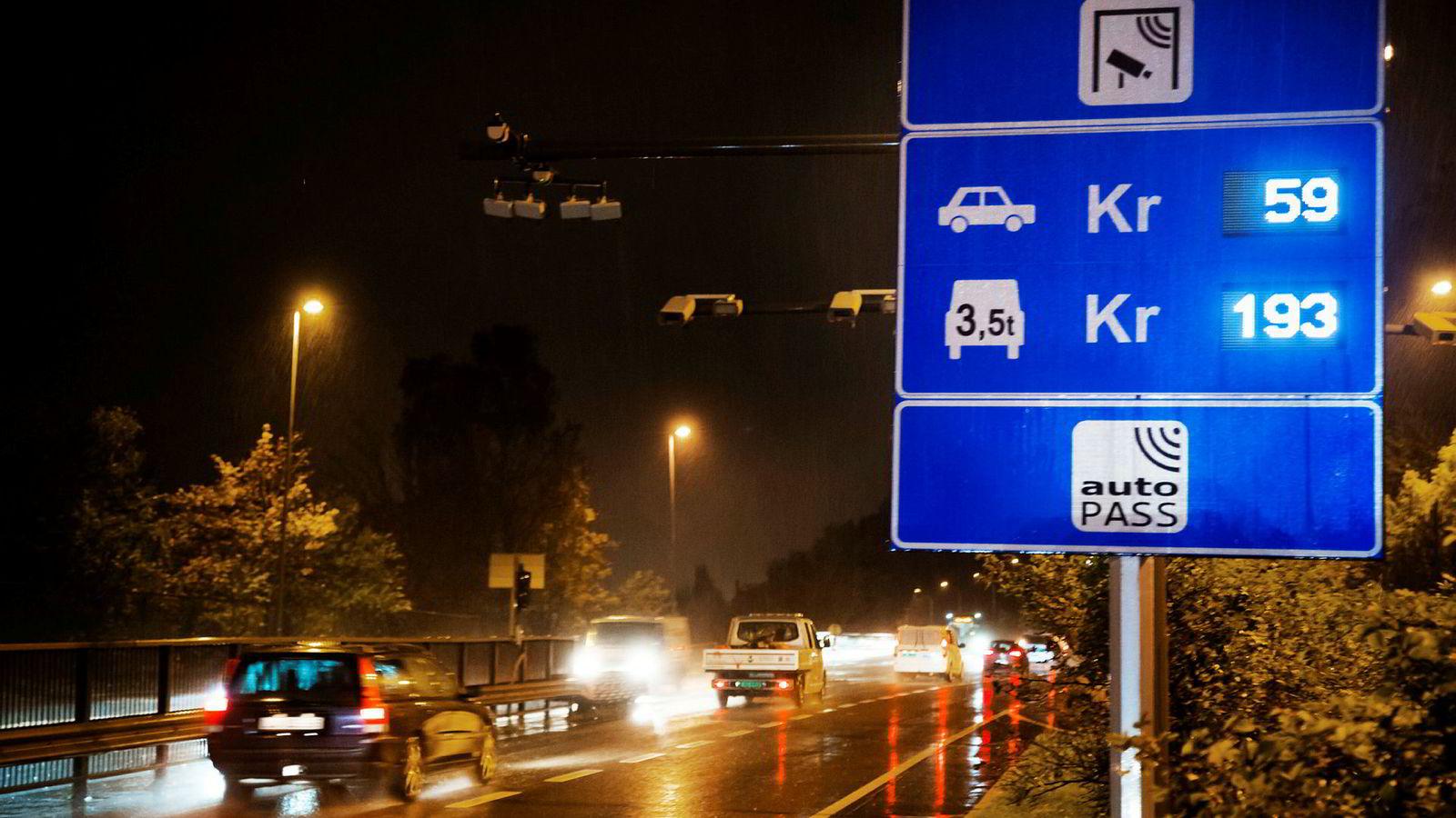 I 2017 ble takstene i bomringen rundt Oslo hevet. Dersom man skraper bomringene og innfører veiprising, må det fortsatt være dyrt å kjøre i de store byene i rushtiden.