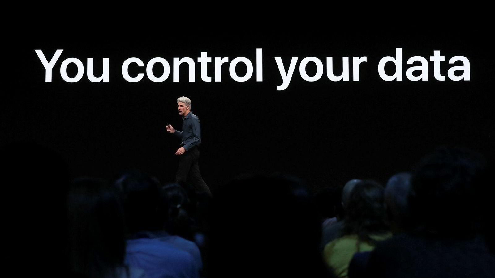 Googles sikkerhetsforskere har gitt Apple en kalddusj kort tid før neste Iphone-lansering. På bildet presenterer programvare-sjef Craig Federighi i Apple selskapets personvernstrategi under World Wide Developers Conference i juni i år.