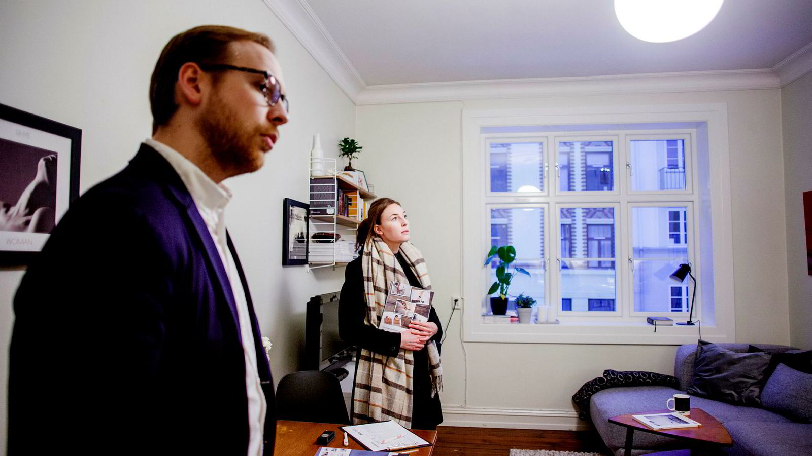 – Jeg ser etter en lite toromsleilighet, men det virker som mange er på jakt etter det om dagen, sier Silje Brandtzæg Sundfør. Her med eiendomsmegler Gard Peder Kopstad på visning på Torshov i Oslo.