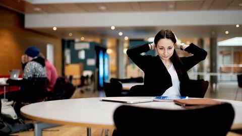 Karolina Agneta Brodin (21) studerer industriell økonomi. Hun tror kvinnelige studenter i hennes generasjon tar likelønn for gitt når de skal ut i arbeidslivet. Foto: Ole Martin Wold