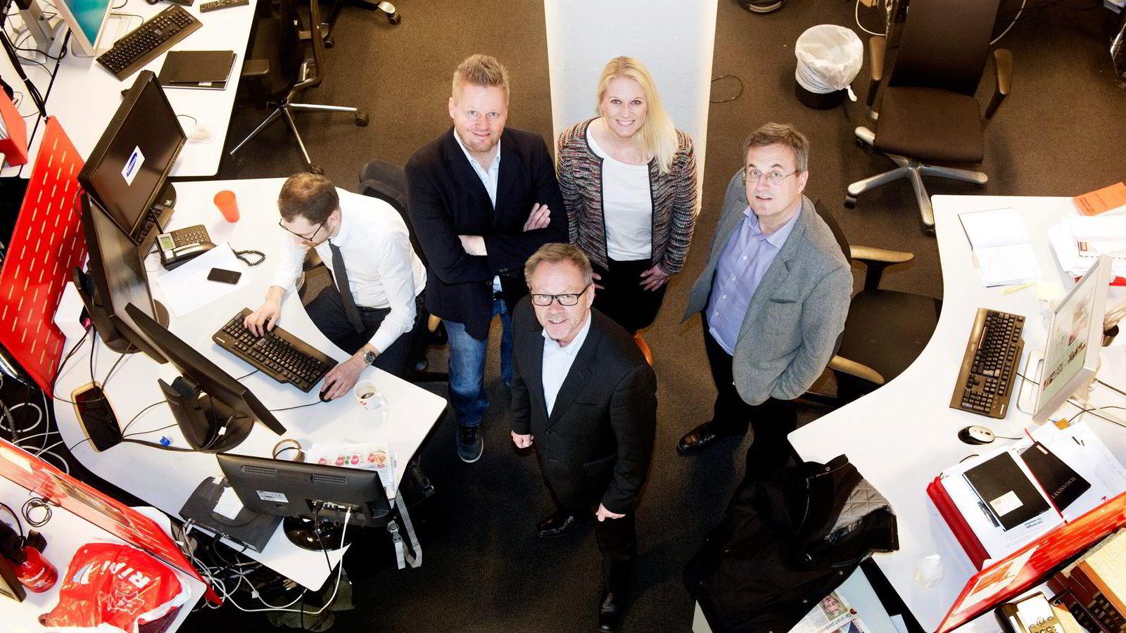 OMVENDT SATSING. Dagbladet kutter søndagsavisen. Sjefredaktør John Arne Markussen (foran), kommersiell direktør Per Brikt Olsen (fra høyre), kommersiell produktansvarlig for magasinet Marit Øimoen, leder for helgeprosjektet Asbjørn Halvorsen og Bjørn Bore sitter og jobber.