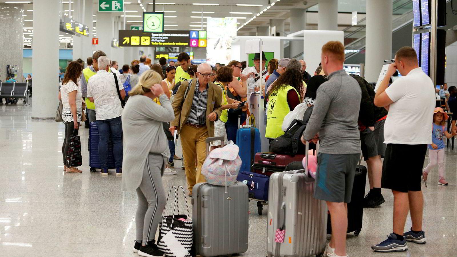 Turister ved flyplassen på Mallorca er blant dem som rammes av Thomas Cook-konkursen mandag.
